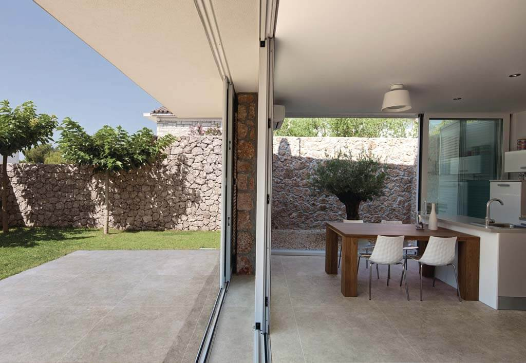 בית שהשתמש באריחים בגימור מט גם בחצר וגם בפנים