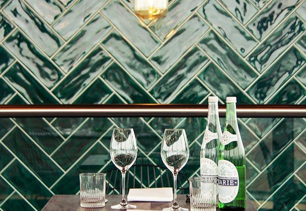 קיר בריקים מרשים במסעדה